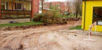 Šeit beidzas jaunā seguma būvniecības zona Skolas ielā.
