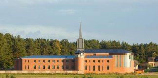 Ikšķiles māsu karmelīšu klostera baznīca. Skats no Rīga-Daugavpils šosejas.