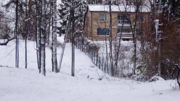 Kāpņu būvlaukums otrdien, pēc lielās snigšanas.