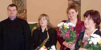 Draudzes mācītājs Didzis Stilve. Mūziķes  Linda Ivanova,  Gunta Trasūne un  Viktorija Ivanova.