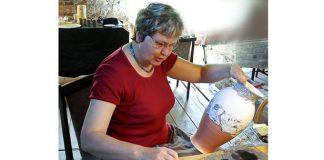 Māksliniece Žanete Žvīgure keramikas simpozijā Zvārtavā 2007.gadā