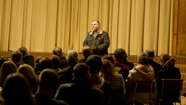 Iedzīvotājus uzrunā Kaspars Upaciers.