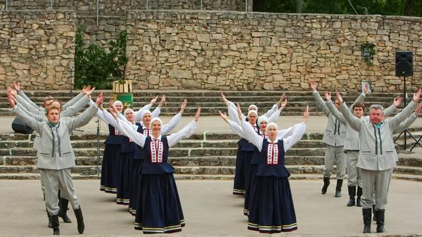 """Ikšķiles novada vidējās paaudzes deju kolektīvs """"Pavards"""