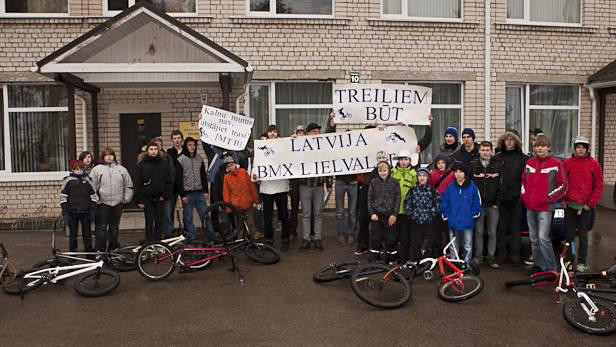Jaunieši ar BMX pie Ikšķiles novada domes.