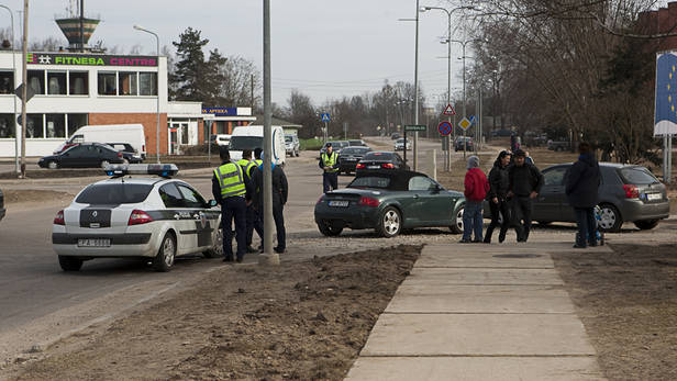 Policijas auto Megane taranē Audi TT