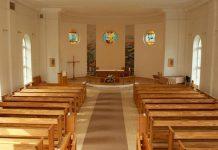 Ikšķiles evaņģēliski luteriskās draudzes baznīcas zāle skats uz altāra pusi.