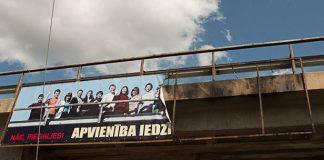 Ikšķiles centrā nodedzina Apvienības Iedzīvotaji reklāmas baneri.