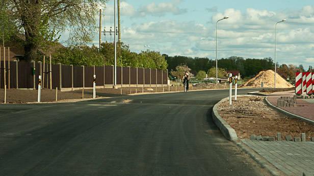 """Ikšķile, Līvciema iela, braucot no Saulkalnes uz Ikšķili, """"guļošais policists"""" Nr2."""
