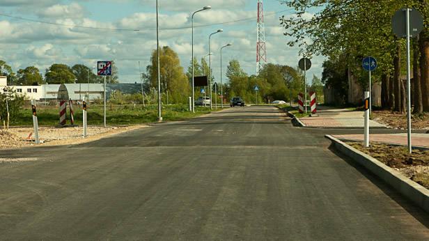 """Ikšķile, Līvciema iela, braucot no Saulkalnes uz Ikšķili, """"guļošais policists"""" Nr3."""