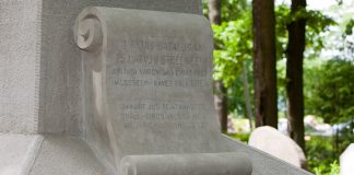 Piemineklis kritušajiem Strelniekiem Ikšķiles kapos.