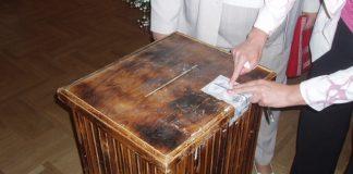Tīnūžu vēlēšanu iecirkņa urnas aizzīmogošana.