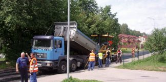 Desmitiem cilvēku svētdienā strādā Ikšķiles ielās.