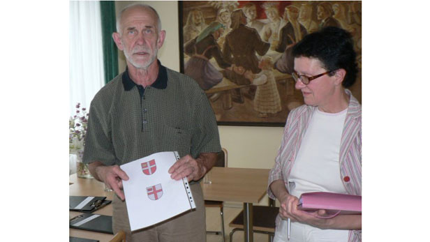 Valdis Villerušs un Dagmāra Villeruša ar Ikšķiles novada ģērboņa skici.