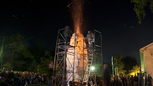 Ugunsskulptūras atklāšana Ikšķiles 824.gadu jubilejas svētkos.