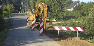 Smagā traktortehnika gaida darba sākumu.