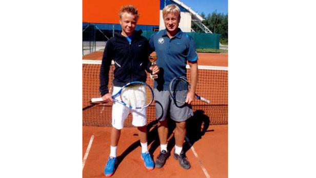 Reinis Bucens ar treneri Paulu Feldmani pie jaunās halles Jaunmārupē.