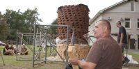 Iespējams vērienīgākās kermikas ugunsskulptūras tapšana Ikšķilē.