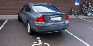 Vieglās automašīnas Volvo vadītājs, iespējams, ir invalīds, bet noteikti ne tāds, kuram ļauts stāvēt šādās stāvvietās.