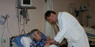 Ogres slimnīcas galveinais ārsts Dainis Širovs, pacientu apgaitā.