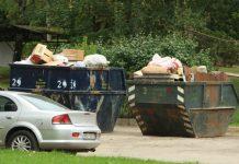 Konteineri, kas piepildīti ar savāktajiem atkritumiem. Tiesa, ļoti daudz atkritumu, kas nākuši no balkoniem un pagrabiem.