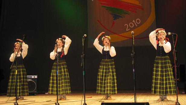 Ikšķiles vidusskolas bērni, Ogres, Ikšķiles, Ķeguma un Lielvārdes novadu mazo mūzikas kolektīvu konkursā.