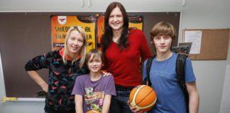 Tīnūžu pamatskolā kopā ar Swedbank LJBL pārstāvjiem viesojās SMVA Antidopinga nodaļas pāstāvji un TTT Rīga basketbolistes Anda Eibele un Aija Brumermane.