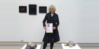 """Māksliniece Valda Podkalne 2010. gada 6. maijā pie godalgotā darba galerijā """"Op der Kap"""