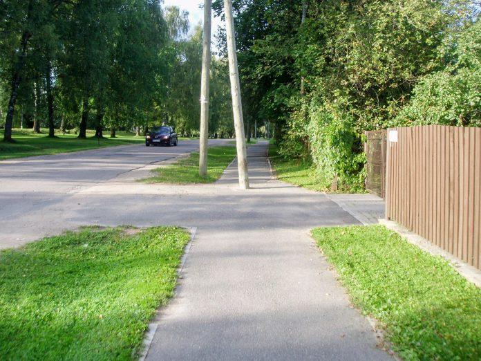 Gājēju un arī velobraucēju celiņš Ozolu ielā. Ar stabiem modrības uzturēšanai. Foto: A.Doveiks