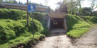 Tunelis taisns, bet zīme sola pazemi.