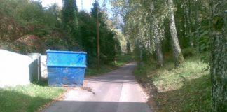 Kāda nama īpašnieks Strēlnieku ielā Nr. 6 ir novietojis atkritumu konteineru uz ielas braucamās daļas!