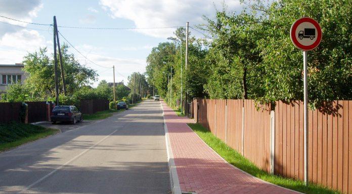Lejas ielā gājēju un velo braucēju rīcība atkarīga no tā, vai viņi izmanto Rīgas vai Birzes ielas pieredzi.. Foto: A.Doveiks