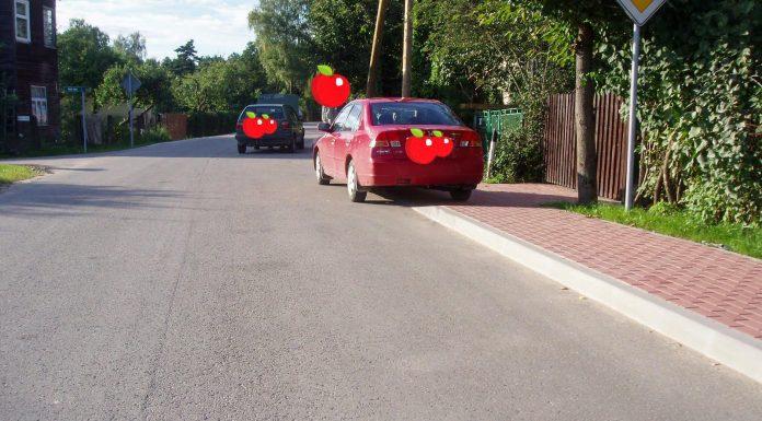 Trīs automašīnas krustojumā un uz sarkanā celiņa. Foto: A. Doveiks