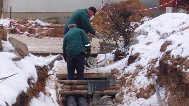 Marta pirmajā nedēļā caurules tiek guldītas trasē. 30 m cauruļu ieguldīšanai vajag veselu nedēļu.