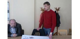 """SIA """"Aiguta"""" ģenerāldirektors Aigars Taukulis (no kreisās) un projekta tehniskais menedžeris Reinis Pētersons prezentē koģenerācijas stacijas būvniecības ieceri domes deputātiem."""