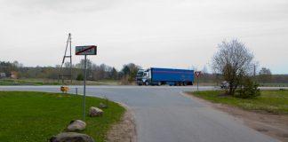 Rīga-Daugavpils šoseja, tikai 4 joslas bērnu atdala no autobusa pieturas.