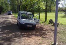 Vitronic Baltic fotoradara uzrauga auto parka zālienā.