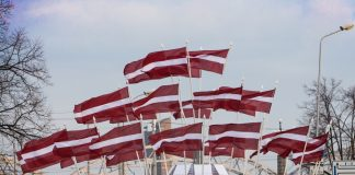Latvijas karogi Daugavas krastmalā par godu Latvijas Neatkarības deklarācijas pasludināšanas 23. gadadienai