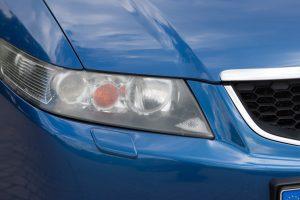 Kreisāis priekšējais lukturis ir aizsvīdis. ar šādu apgaismes ierīci auto tehnisko apskati iziet nevar.