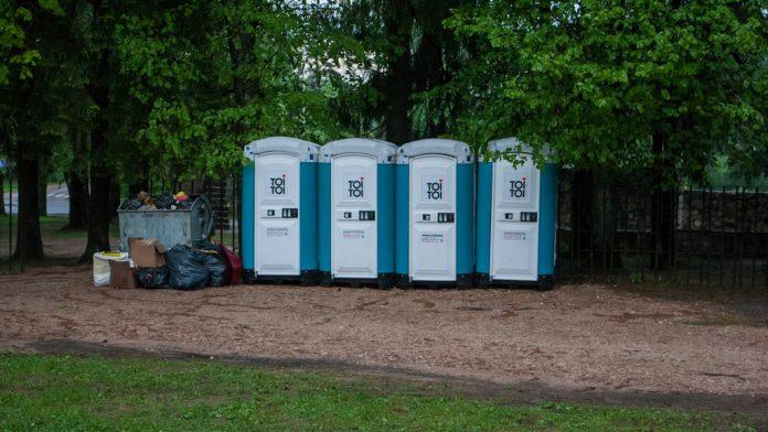 Mobilās tualetes pie Ikšķiles Tautas nama