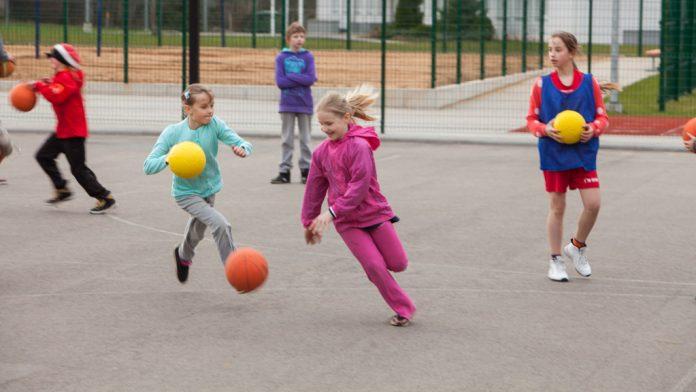 Bērni spēlē bumbu