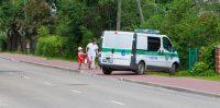 Reģionālās pašvaldības policijas auto aizšķērso gājēju ietvi.