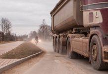 Putekļu mākonis un netīrs kravas auto Ikšķiles pilsētas teritorijā. Foto: Ikskile.tv