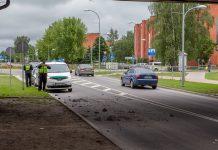 Kravas auto ar nepietiekoši nolaistu iekrāvēju ietriecās Rīga-Daugavpils šosejas tilta konstrukcijās. Kravas auto atstāja notikuma vietu nesagaidot policiju.