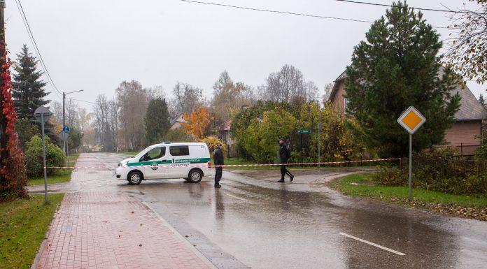 Reģionālā pašvaldības policija slēdz satiksmi Birzes ielā no Dīķu ielas puses.