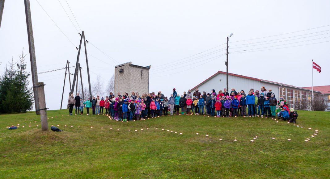 11.novembris Skolēni pie Tīnūžu pamatskolas iededz Latvijas kontūru no svecēm