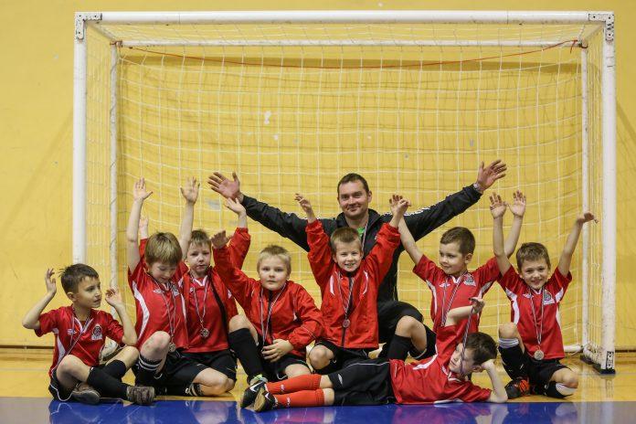 Futbola klubs IKŠĶILE, U-8 komanda pēc uzvaras.