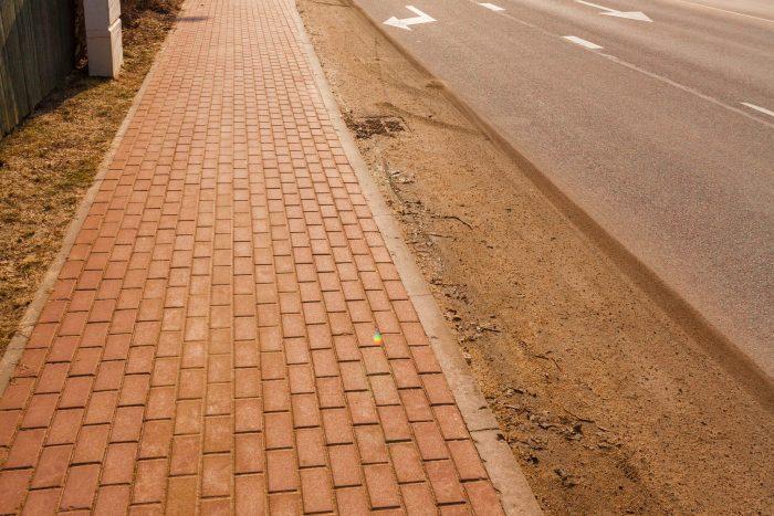 Netīras ielu apmales, Ikšķile.  Foto: ©