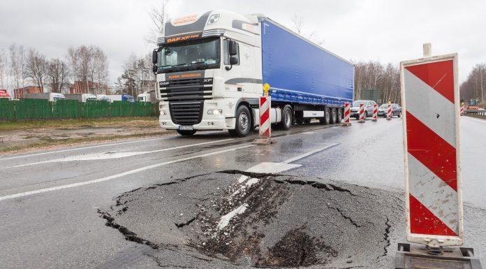 Iegruvums uz A6 autoceļa izbraucot no Salaspils, Rīgas virzienā. Foto: Ikskile.tv