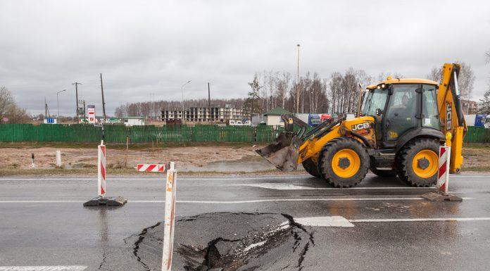 Iegruvums uz A6 autoceļa izbraucot no Salaspils, Rīgas virzienā. Un dzeltenais traktors, kas nojauca Ikšķiles garāžas pie pasta. Foto: Ikskile.tv