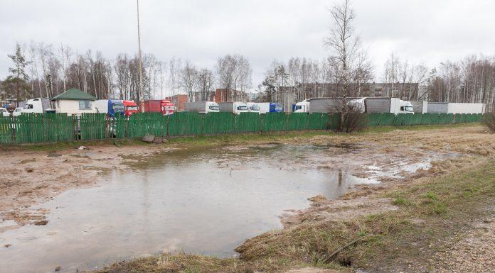 Pārplūdusi grāvmala pie iegruvuma kas iespējams ir saistīta ar iegruvumu. Foto: Ikskile.tv